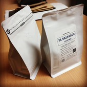 Představujeme nový kabátek pro naše zrnka. Jak se vám líbí? Dáme si cafe? . . . #coffee #coffeeroasters #coffeespeciality #sicafe #sicafecz #prazirnakavy #prazirnajablunkov #prazirna #jablunkov #coffeebag #coffeebeans #czechcoffee #praziaren #damesicafe