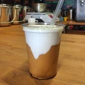 Dáte si kafééé? 🥰🤭 Toto vytuněné 💪❄️ frappé ➡️➡️ Freddo Cappuccino z našeho espressa👌 ☕ si dáte jen u nás👉v Jablunkově na rynku v Sicafe👈 sweettt summeerrr 📻🎶👒💞🏖️🌅🎶 . . . . #sicafe #sicafecz #damesicafe #prazirnakavy #prazime #prazirnajablunkov #prazirna #freddocappuccino #frappe #jablunkov #prodejnasicafe #coffeeroasters #coffee #coffeeislove #sweetsummertime #kava