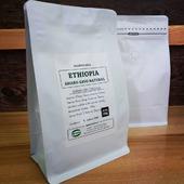 Borůvkové Amaro Gayo je zpět! Po několikaleté přestávce máme opět v nabídce skvělou etiopskou naturálku od paní Asnakech Thomas. Zrnka jsou opět nabitá chuti i aroma borůvek, čokolády, a sladkých fíků. Dáme sicafe? . . . #sicafe #sicafecz #prazirnakavy #prazirnajablunkov #amarogayo #vyberovakava #coffeespecialty #coffeeroasters #coffee #káva #bestofcoffee #czechcoffee #prazirna #praziaren #ethiopia #filtrujeme #damesicafe